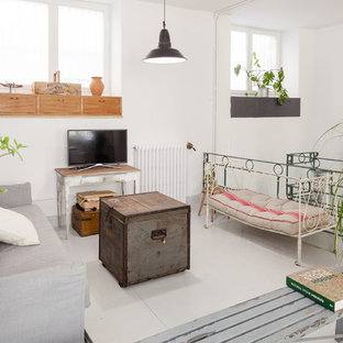 Foto de salón ecléctico con paredes blancas, televisor independiente y suelo blanco