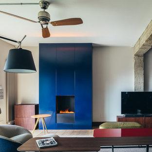 Imagen de salón abierto, actual, con paredes grises, suelo de madera oscura, chimenea tradicional, televisor independiente y suelo marrón