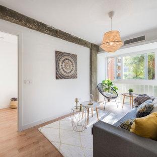 Diseño de salón abierto, escandinavo, pequeño, con paredes blancas, suelo de madera en tonos medios y suelo marrón