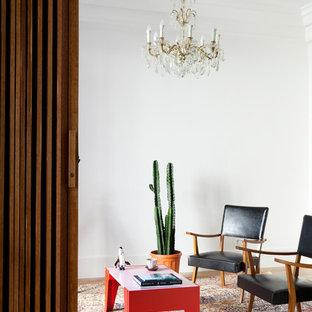 Diseño de salón para visitas cerrado, bohemio, de tamaño medio, sin chimenea y televisor, con paredes blancas y suelo de madera clara