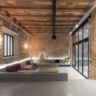 Foto de salón abierto, urbano, con paredes beige, suelo de cemento y suelo gris