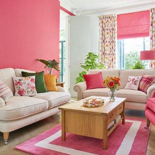 Mittelgroßes, Repräsentatives, Abgetrenntes Shabby-Chic Wohnzimmer mit rosa Wandfarbe, braunem Holzboden und braunem Boden in Sonstige