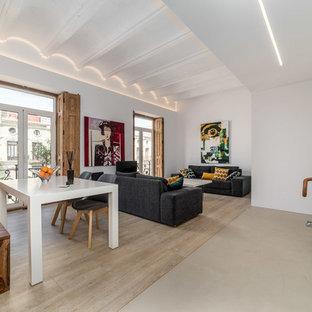 Ejemplo de salón abierto, contemporáneo, con paredes blancas, suelo de madera en tonos medios y suelo beige