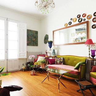 Foto de salón bohemio, sin chimenea, con paredes blancas, suelo de madera en tonos medios y suelo naranja