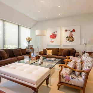 Foto de salón clásico renovado con paredes blancas, suelo de madera en tonos medios y suelo marrón