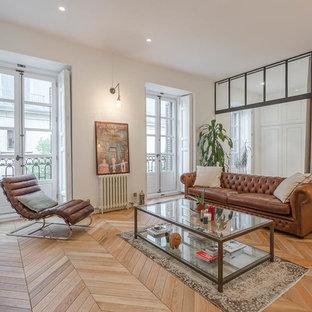 Ejemplo de salón cerrado, tradicional renovado, grande, con paredes blancas, suelo de madera en tonos medios, televisor independiente y suelo marrón