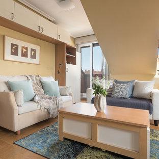 Modelo de salón actual con paredes beige, suelo de madera en tonos medios y suelo beige