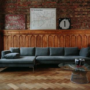 Ejemplo de salón para visitas abierto, urbano, de tamaño medio, con paredes rojas, suelo de madera en tonos medios y suelo marrón