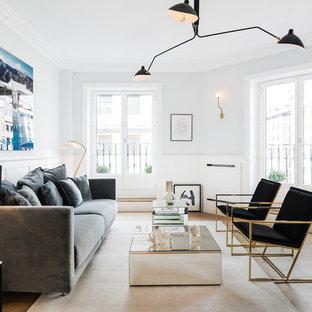 Imagen de salón para visitas cerrado, contemporáneo, con paredes multicolor, suelo de madera clara y suelo beige