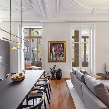 Gran salón comedor con cocina abierta en apartamento en la Casa Burés de Barcelo