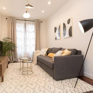 Foto de salón para visitas cerrado, escandinavo, pequeño, con paredes blancas, suelo de madera oscura, televisor independiente y suelo marrón