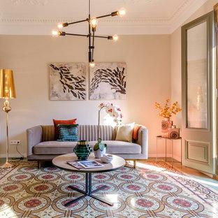 Modelo de salón abierto, actual, de tamaño medio, con suelo de baldosas de cerámica, paredes blancas y suelo multicolor