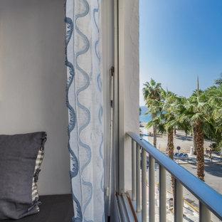 Esempio di un soggiorno mediterraneo di medie dimensioni e aperto con pareti bianche, pavimento in terracotta, TV autoportante e pavimento marrone