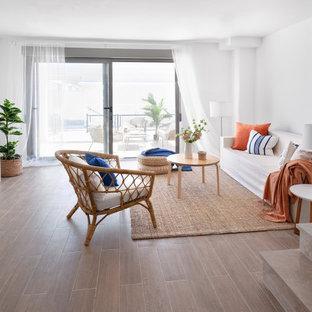 Foto de salón abierto, marinero, con paredes blancas y suelo marrón