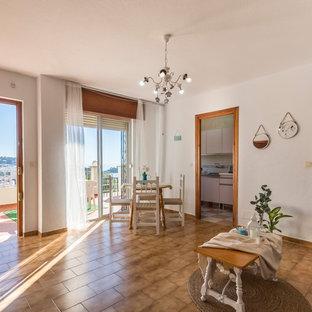 他の地域の小さいビーチスタイルのおしゃれなLDK (テラコッタタイルの床、据え置き型テレビ、ベージュの床) の写真