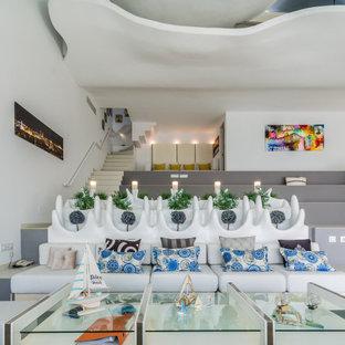 Modelo de salón abierto, contemporáneo, extra grande, con paredes blancas y todas las chimeneas