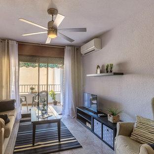 他の地域の大きい地中海スタイルのおしゃれなLDK (白い壁、セラミックタイルの床、据え置き型テレビ、ベージュの床) の写真