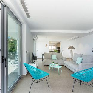 Foto de salón para visitas abierto, marinero, con paredes blancas, televisor independiente y suelo beige