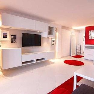 Mittelgroßes Modernes Wohnzimmer im Loft-Stil mit weißer Wandfarbe, Keramikboden, Wand-TV und weißem Boden in Sonstige