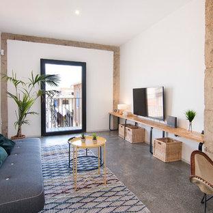 Diseño de salón para visitas cerrado, urbano, con paredes blancas, suelo de cemento, suelo gris y televisor colgado en la pared