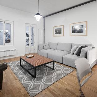 Imagen de salón para visitas abierto, urbano, con paredes blancas, suelo de madera en tonos medios y suelo beige