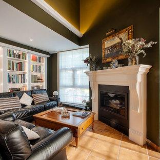 Diseño de salón para visitas tradicional renovado con paredes verdes, suelo de baldosas de terracota y suelo marrón