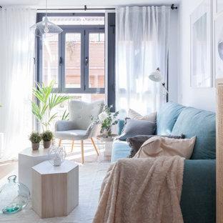 Ejemplo de salón abierto, nórdico, pequeño, con paredes blancas, suelo de madera en tonos medios, suelo marrón y televisor independiente
