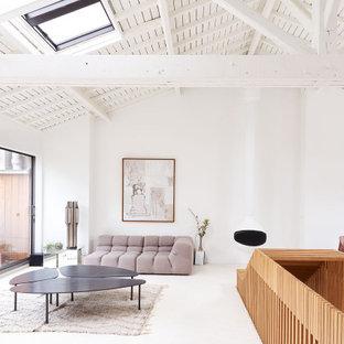 Réalisation d'un salon design de taille moyenne et ouvert avec un sol blanc, un mur blanc, aucune cheminée et aucun téléviseur.