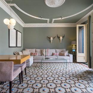 Diseño de salón para visitas abierto, contemporáneo, grande, con suelo multicolor, paredes verdes y televisor independiente