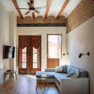 Foto de salón abierto, mediterráneo, de tamaño medio, con paredes blancas, suelo de madera en tonos medios y suelo marrón