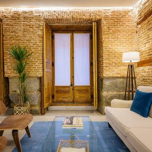 Imagen de salón para visitas mediterráneo, de tamaño medio, con paredes marrones y suelo beige