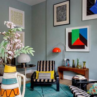 Imagen de salón bohemio con paredes azules y suelo de madera clara