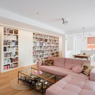 Modelo de salón abierto, contemporáneo, con paredes blancas, suelo de madera en tonos medios y suelo marrón