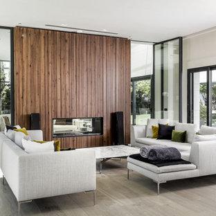 Diseño de salón para visitas abierto y madera, contemporáneo, madera, con paredes blancas, suelo de madera clara, chimenea lineal, marco de chimenea de madera y madera