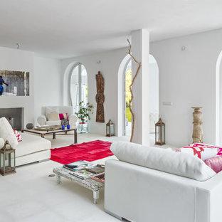 Imagen de salón para visitas abierto, mediterráneo, grande, sin televisor, con paredes blancas, chimenea tradicional, marco de chimenea de yeso y suelo de baldosas de cerámica