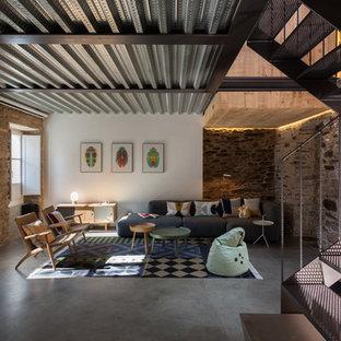 Modelo de salón para visitas cerrado, actual, de tamaño medio, sin televisor y chimenea, con suelo de cemento y paredes multicolor