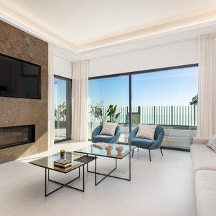Imagen de salón actual, extra grande, con paredes blancas, chimenea lineal, marco de chimenea de baldosas y/o azulejos, televisor colgado en la pared y suelo beige
