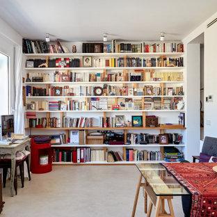 Diseño de biblioteca en casa cerrada, contemporánea, de tamaño medio, sin chimenea y televisor, con paredes blancas y suelo beige