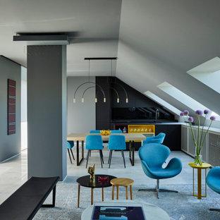Ejemplo de salón abierto, contemporáneo, con paredes grises, suelo gris y suelo de mármol