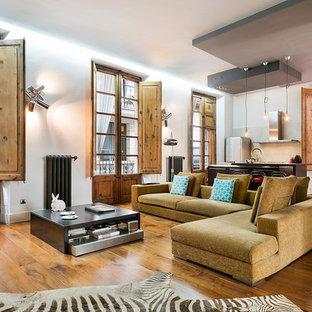Diseño de salón para visitas abierto, urbano, de tamaño medio, sin televisor, con paredes blancas y suelo de madera en tonos medios