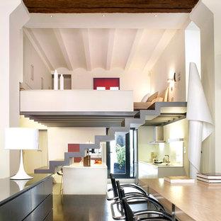 Imagen de salón tipo loft, contemporáneo, con paredes blancas y suelo de madera oscura