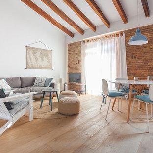 Modelo de salón mediterráneo, de tamaño medio, con suelo de madera clara, suelo beige y paredes blancas