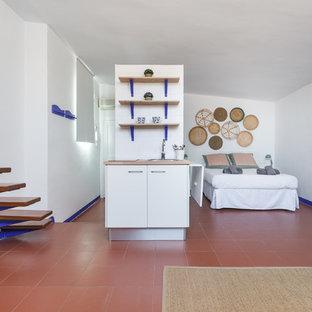 バルセロナの中サイズのビーチスタイルのおしゃれなリビングロフト (白い壁、テラコッタタイルの床、暖炉なし、赤い床) の写真