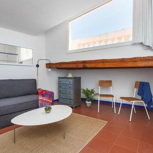 バルセロナの中サイズのビーチスタイルのおしゃれなリビングロフト (白い壁、テラコッタタイルの床、暖炉なし、据え置き型テレビ、赤い床) の写真