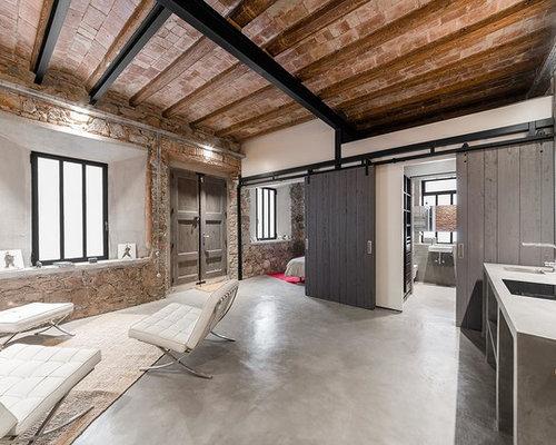 foto de sala de estar abierta industrial de tamao medio sin chimenea y