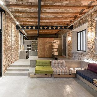Imagen de salón para visitas abierto, industrial, grande, sin televisor, con suelo de cemento