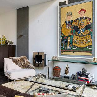 Ejemplo de salón para visitas cerrado, ecléctico, con paredes blancas, suelo de madera oscura y suelo marrón
