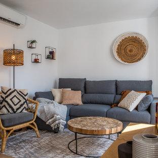 Imagen de salón mediterráneo con paredes blancas
