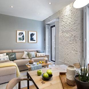 Diseño de salón tradicional renovado con paredes grises, suelo de madera en tonos medios y suelo marrón
