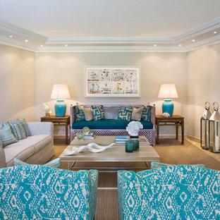 Diseño de salón para visitas abierto, costero, pequeño, con paredes grises, suelo de madera clara, suelo beige y televisor colgado en la pared